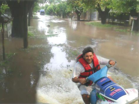 Secretario de Gobierno de Escobar, Dr. Horacio Bozzano entregó una moto de agua a los inundados del Ba. San Javier