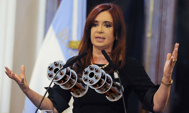 Cristina vuelve a la política con un corpiño ametralladora y un perro entrenado para detectar droga
