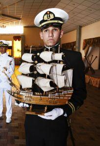 El Gobierno Nac. & Pop. prevee reemplazar el viaje de egreso de los guardiamarinas por un souvenir